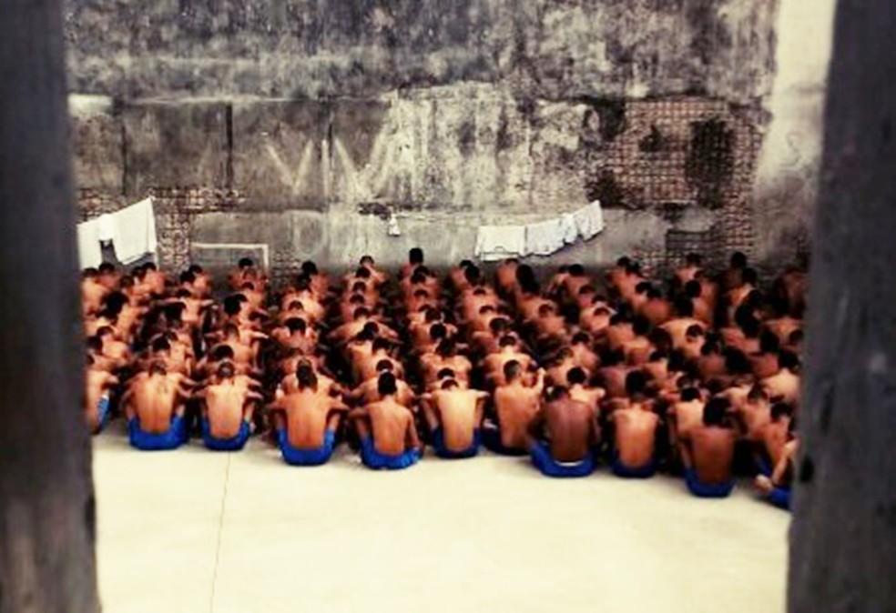 Para o trabalho de recontagem, presos foram acomodados na quadra do presídio (Foto: BPChoque/Divulgação)