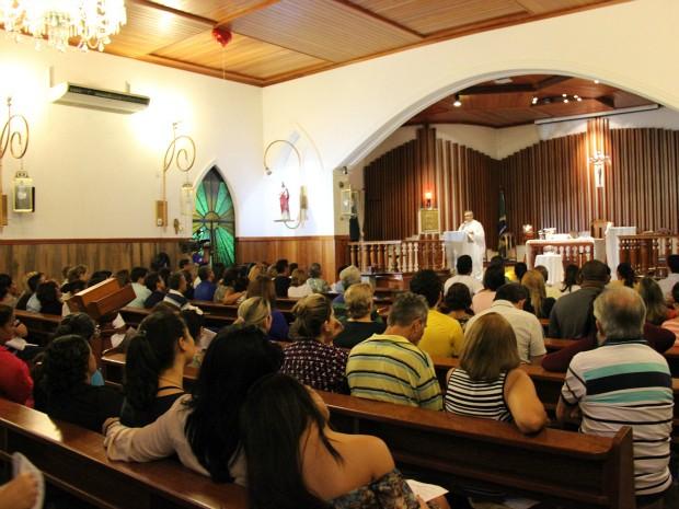 Missa reuniu familiares e amigos de jovens nesta segunda-feira (4) (Foto: Jamile Alves/G1 AM)
