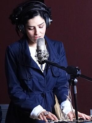 Ela começa a cantar e encanta a todos (Foto: Sangue Bom/TV Globo)