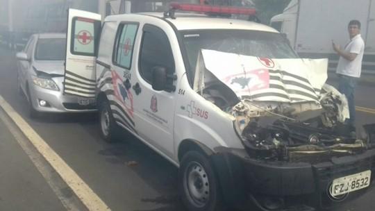 Duas pessoas ficam feridas em engavetamento de cinco veículos em Marília