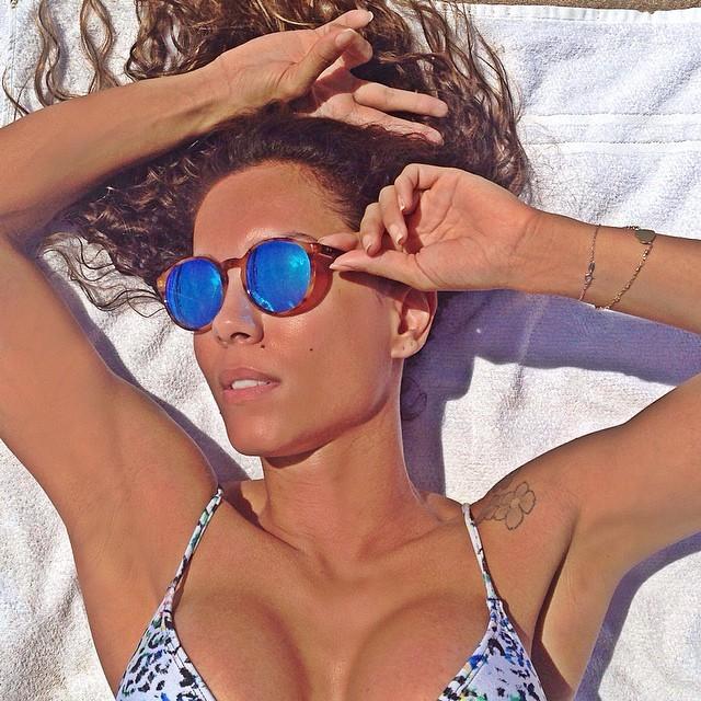 Lia Khey e Carla Diaz fazem pose uma para a outra na praia - Revista Quem
