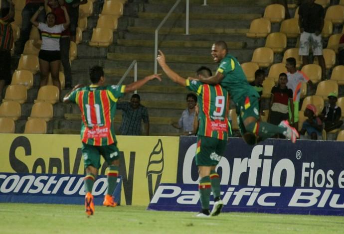 Sampaio venceu o Atlético-Go por 2 a 0, no Castelão (Foto: Biamam Prado / O Estado)