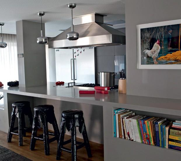 Cozinha | A bancada de Silestone® projetada pela arqiteta Juliana ias une o cômodo à sala de estar. Repare que a peça tem nicho para abrigar livros (Foto: Marcelo Bormac/Editora Globo)