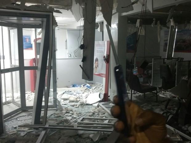 Caixas da agência do Banco Bradesco foi explodida; posto do Banco do Brasil também foi alvo dos bandidos (Foto: Reprodução/Whatsapp)