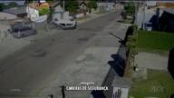 Dois bandidos capotam carro roubado e um deles voa do carro