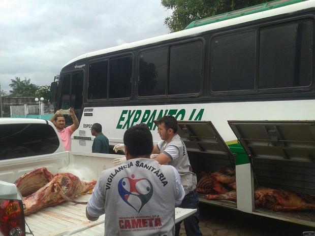 Vigilância sanitária encontrou carne sem condições de higiene em ônibus intermunicipal (Foto: Divulgação/Vigilância Sanitária)