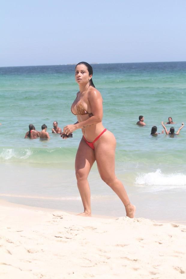 Dani Sperle na praia (Foto: Wallace Barbosa / Agnews)