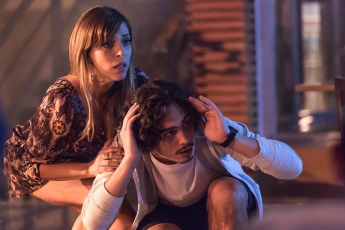 Marisa e Nicolau percebem que a churrascaria está sendo assaltada (Foto: Artur Meninea/Gshow)