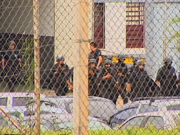 Grupo da Secretaria da Administração Penitenciária durante os trabalhos de vistoria no CDP de São José dos Campos nesta terça-feira (29). (Foto: Reprodução/TV Vanguarda)