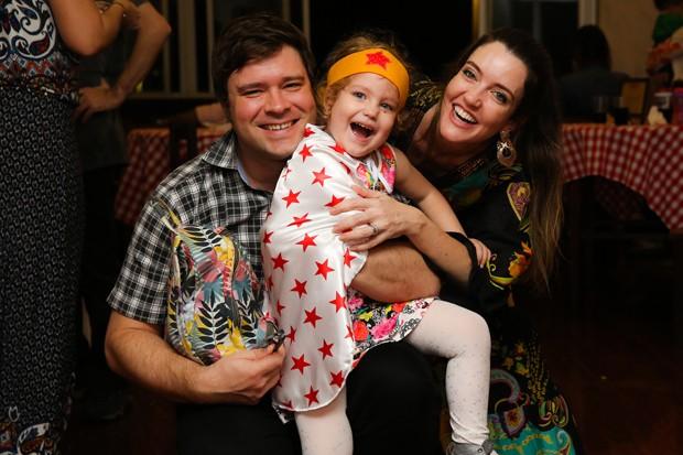 Larissa Maciel com o marido André Surkamp e a filha Milena  (Foto: Brunno Carone/ Mukua Kids/ Divulgação)
