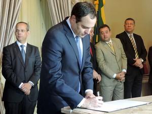 Governador Paulo Câmara assina ordem de serviço da construção de escolas (Foto: Marina Barbosa / G1)