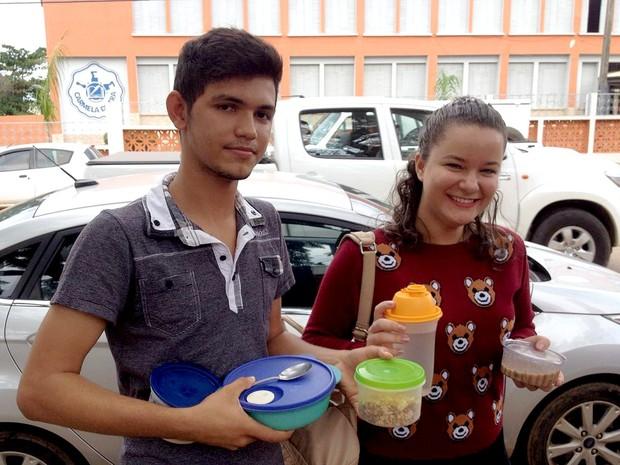 ENEM 2016 – SÁBADO (5) – PORTO VELHO (RO) Alex Soares 16 anos e Nicoly Ferreira 17, trouxeram água, cereais, bolachas, iogurte, pão, bolo de milho e outros, para comer durante o confinamento (Foto: Matheus Henrique/G1)