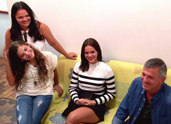 Família de Bruna Marquezine também curtiu a viagem ao passado (Foto: Globo)