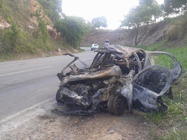 Carro pegou fogo após acidente (Foto: Samira Ferreira/ Gazeta Online)