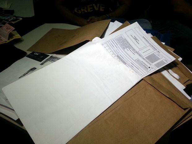 documentos apreendidos em Cláudio usados para falsificação de CNHs (Foto: Marina Alves/G1)