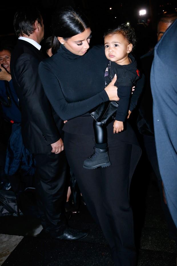 Kim Kardashian com a filha, North, no desfile da Balenciaga, em Paris (Foto: Getty Images)