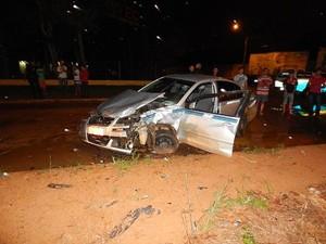O frente de um dos carros ficou totalmente destruída no acidente.  (Foto: Carlos Mont Serrate – Rota Policial News)
