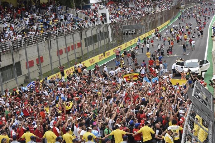 Torcedores invadiram a pista após o fim do GP do Brasil de Fórmula 1 (Foto: EFE)