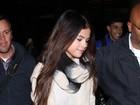 Selena Gomez chega de viagem e causa alvoroço em aeroporto