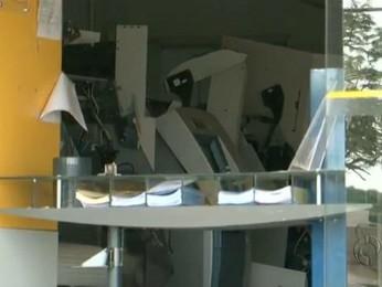 Ladrões explodem quatro caixas eletrônicos em agência bancária de Araruna (Foto: Reprodução/RPC TV)