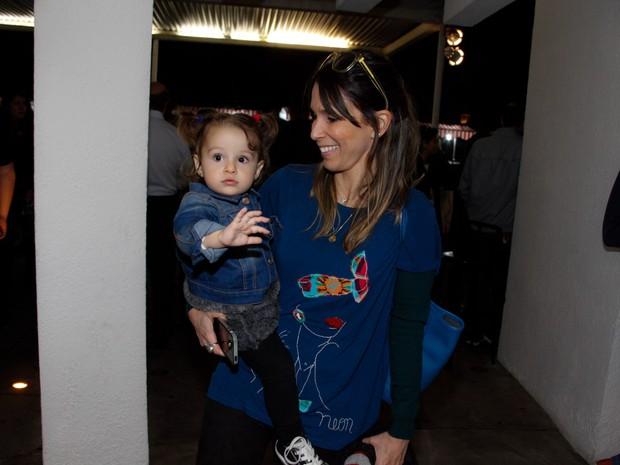 Sarah Oliveira e a filha, Chloé, em exposição em São Paulo (Foto: Marcos Ribas/ Foto Rio News)
