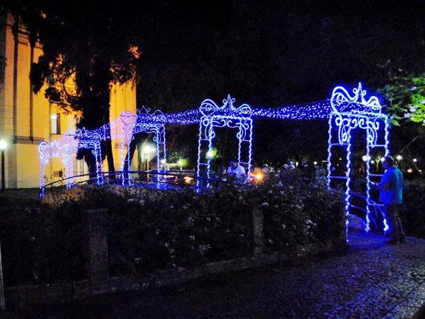 Passarelas ganharam luzes azuis com a proximidade do Natal em Poços. (Foto: Marcelo Abuchalla)