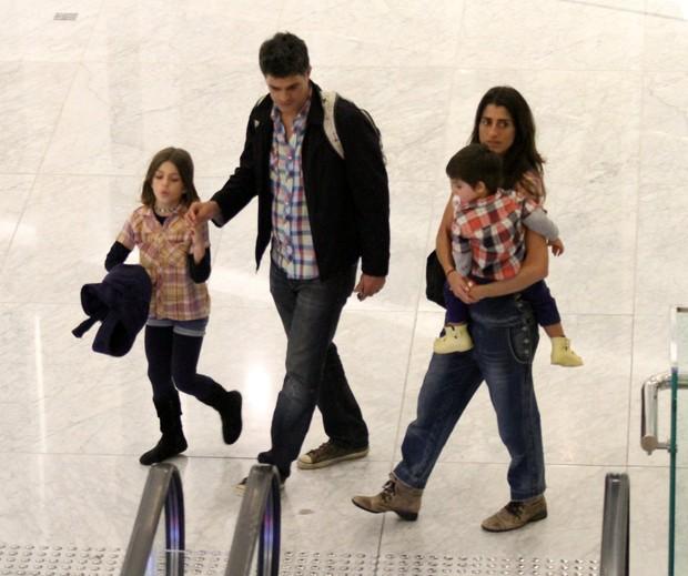 Eduardo Moscovis com Cynthia Howlett, e os filhos, Manuela e Rodrigo (Foto: Johnson Parraguez/ PhotoRio News)