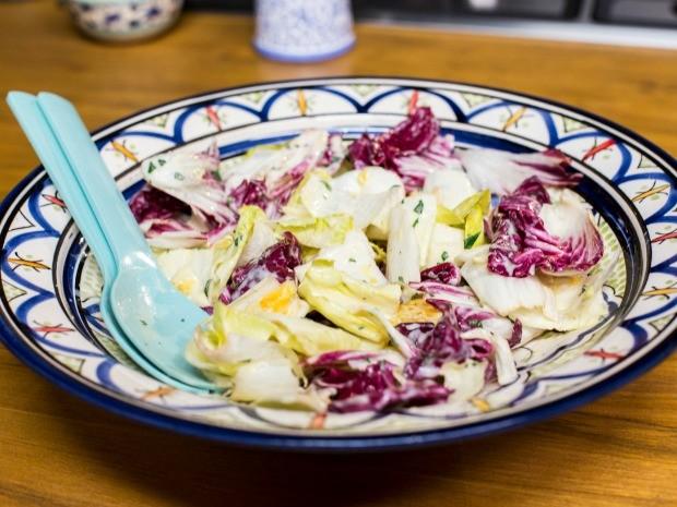 Salada de endvias com laranja e molho de iogurte com hortel (Foto: Robert Schwenck)