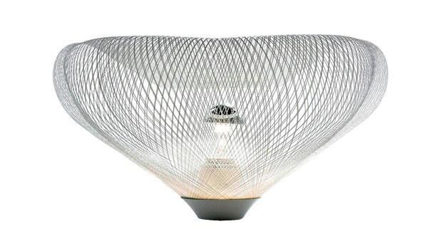 O arquiteto tem se aventurado também no design. Com a empresa japonesa Yamagiwa, Ito desenvolveu a série de 14 luminárias Mayuhana, baseada no casulo (Foto: divulgação)