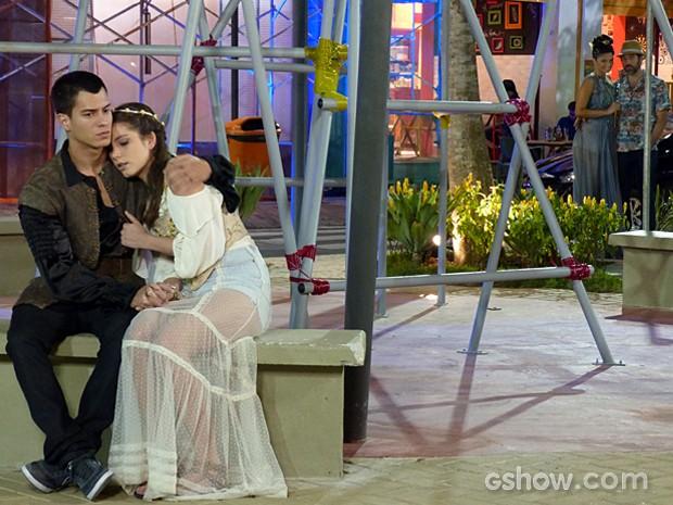 Na encolha! De longe, Gael vê Duca e Bianca juntos, mas não faz nada