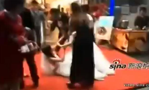 Duas mulheres chegaram a rolar no chão durante briga (Foto: Reprodução/YouTube/World news)