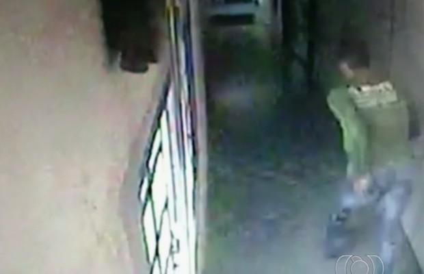 Suspeito de matar dono e gerente de supermercado fugiu correndo após o crime, em Goiânia, Goiás (Foto: Reprodução/TV Anhanguera)