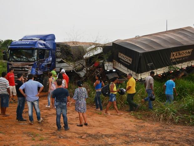 Com a colisão, carretas foram arremessadas para fora da BR-364 (Foto: Sandro Regino/ Rede Amazônica)