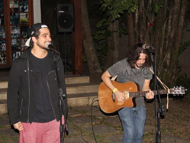 Bernardo Mesquita e Guga Sabatiê canta em evento na Zona Oeste do Rio (Foto: Rogerio Fidalgo/ Ag. News)
