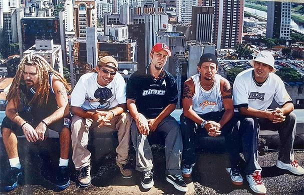 Primeira foto de divulgação do grupo Tihuana, em cima de um prédio em São Paulo (Foto: Reprodução/Instagram)