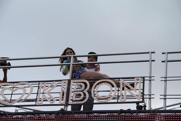Caio Castro segura no colo Aline Rosa da banda Cheiro de Amor em Salvador (Foto: Dilson Silva  / Agnews)