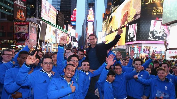 Finalistas passearam pela Times Square ao lado de Frank Lampard (Foto: Divulgação/Getty Images)