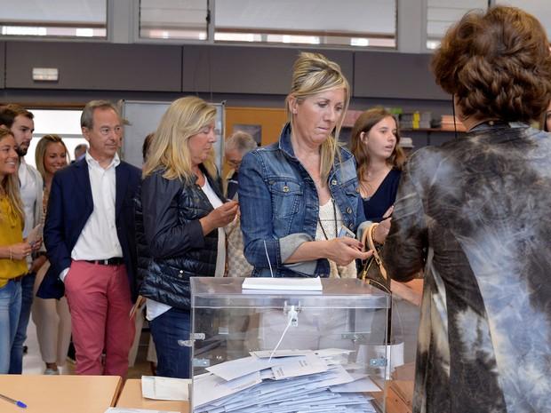 Mulher vota em uma seção eleitoral em Bilbao, na Espanha  (Foto: Vincent West/ Reuters)