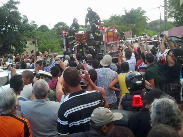 Cortejo de Reginaldo Rossi chega a cemitério em Paulista, Grande Recife (Foto: Katherine Coutinho / G1)