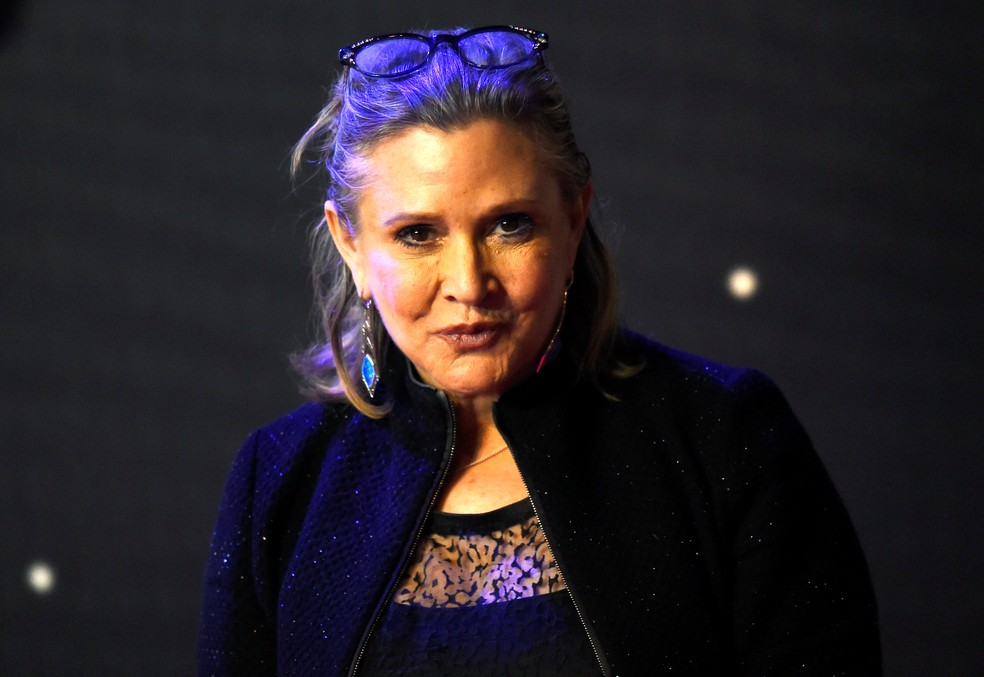 Carrie Fisher posa para fotos durante estreia europeia de 'Star Wars: O despertar da Força' (Foto: Paul Hackett/Reuters)