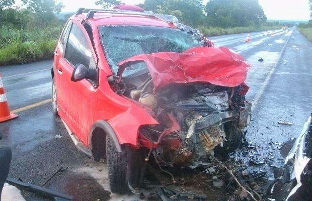 Crossfox ficou destruído após colidir com caminhonete, goiás (Foto: Divulgação/Polícia Rodoviária Federal)