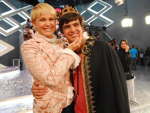 Xuxa e Bernardo Mesquita, eleito príncipe do programa da loira, em 2009 (Foto: TV Globo/Divulgação)