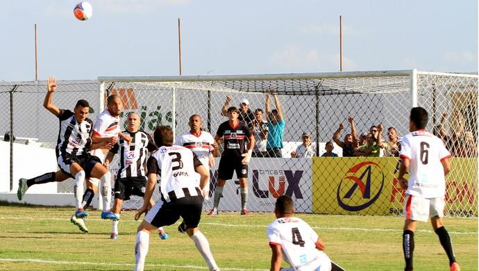 Treze faz pressão, mas não consegue sair do empate  (Foto: Nelsina Vitorino / Jornal da Paraíba)