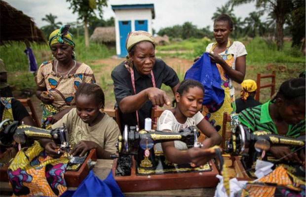 Irmã Angélique (de preto) ensina mulheres a costurar na remota cidade de Dungu, uma das mais afetadas por deslocamento e atividades do LRA na região nordeste da República Democrática do Congo (Foto: Acnur/B. Sokol)