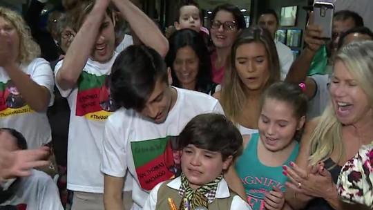 Thomas Machado é recebido com grande festa em Estância Velha após vencer o 'The Voice Kids'
