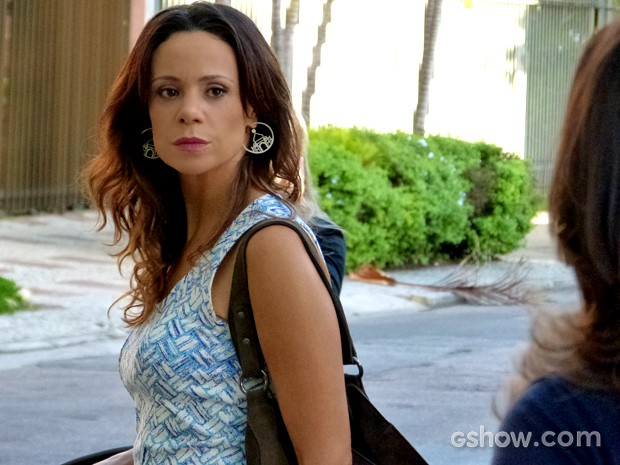 Juliana se enfurece com comentários sobre ela e vai tirar satisfação (Foto: Em Família/ TV Globo)
