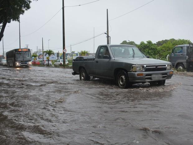 Água se acumulou na Rua Walfredo Macedo Brandão, conhecida como Principal dos Bancários em João Pessoa (Foto: Walter Paparazzo/G1)