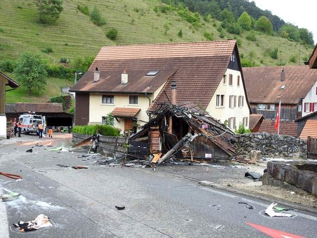 Partes dos dois aviões que colidiram neste domingo (23) são vistas no vilarejo de Dittingen, na Suíça (Foto: REUTERS/Kantonspolizei Basel Landschaft/Handout via Reuters)