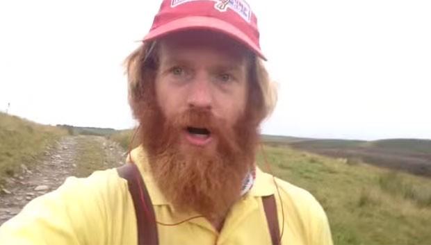 Sean Conway, de 33 anos, fazia um vídeo selfie durante sua tentativa de atravessar o Reino Unido de norte a sul correndo quando caiu e se machucou (Foto: Reprodução/YouTube/Sean Conway)