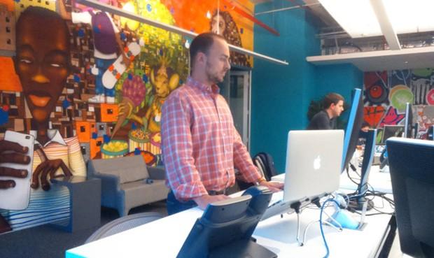 Patrick Hruby passou a trabalhar em pé há um ano (Foto: Patrick Hruby/Arquivo pessoal)